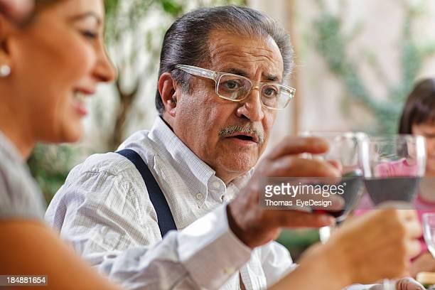 Stolze italienische Großvater beim Anstoßen mit seiner Familie