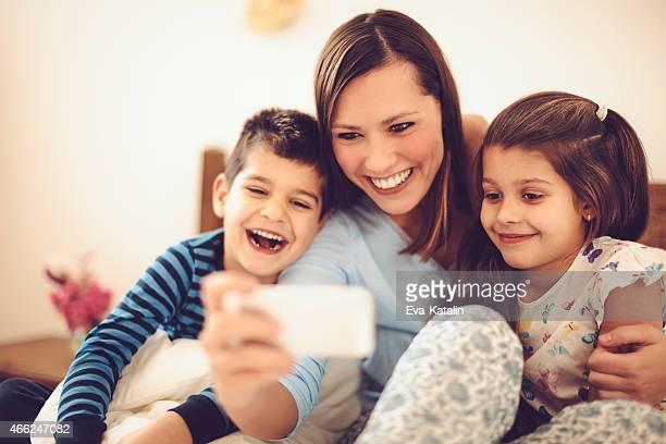 Stolze Mutter nimmt selfies mit Ihren Kindern