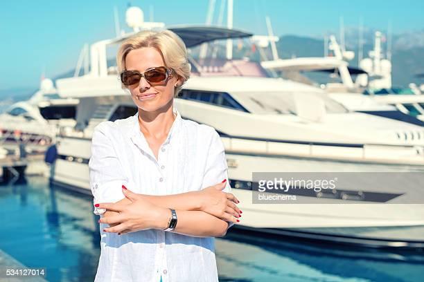 自慢の女性彼女のヨットの前