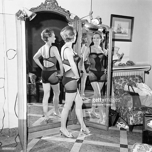Présentation de modèles de corsets gaines et soutiengorge organisée par le Groupement de Propagande des Industriels du Corsets dans les salons de...