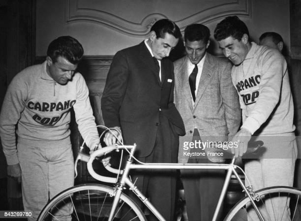 Présentation à la presse de la nouvelle équipe CarpanoCoppi avec de gauche à droite Serena Coppi Kubler Ciancola à Turin Italie le 2 mars 1956
