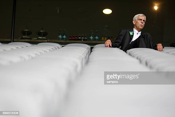 Präsident Dieter Schneider sitzt in der leeren in der Allianz Arena Pressekonferenz mit dem jordanischen Investor und Partner Hasan Ismaik beim TSV...