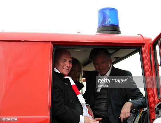 Präsident FC Bayern München Uli Hoeness bei der Übergabe eines Feuerwehrautos mit Monika Gruber und fonsi Christian Springer kabarettist 1 Bundesliga...