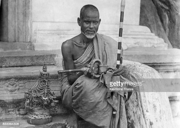 Prêtre bouddhiste assis sur les marches d'un temple ceylanais au Sri Lanka en août 1931