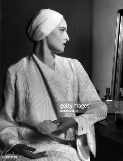 Pruefender Blick in den Spiegel Frau mit Turban schaut in den Spiegel 1932Aufnahme Karl Schenker