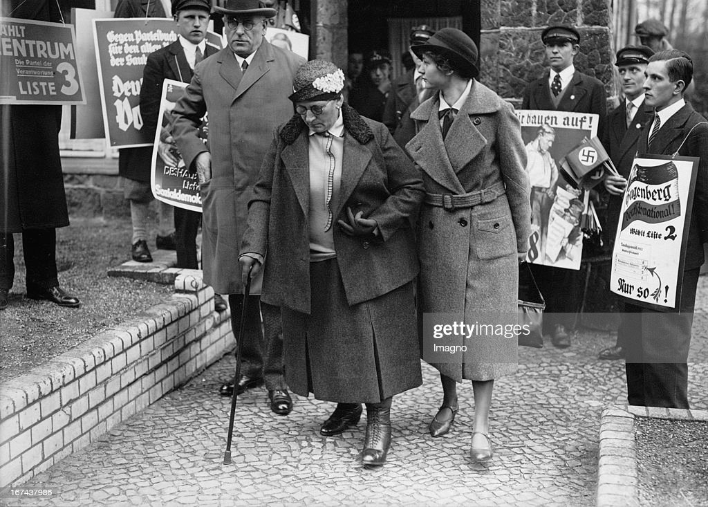 Prussian Prime Minister Otto Braun with his wife and daughter in the elections to the Prussian Landtag in polling station in Berlin-Zehlendorf. About 1930. Photograph. (Photo by Imagno/Getty Images) Der preußische Ministerpräsident Otto Braun mit seiner Frau und seiner Tochter bei den Wahlen zum preußischen Landtag im Wahllokal Berlin-Zehlendorf. Um 1930. Photographie.