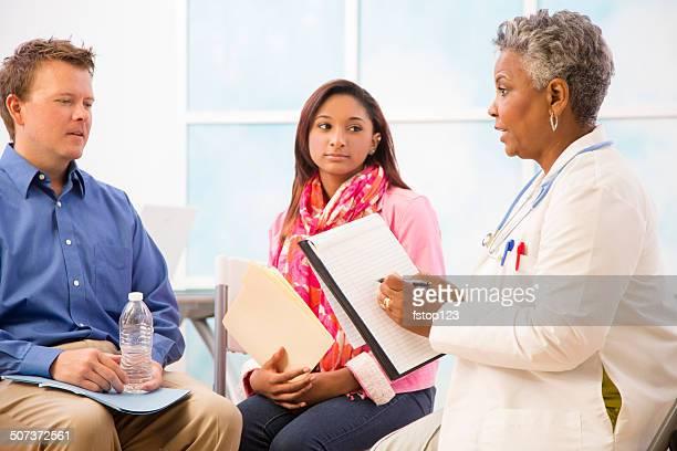 Sessão de Aconselhamento aos Psychiatrist com homem, mulher doentes. A terapêutica.