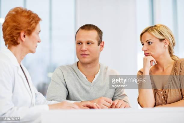 Psychiatrist falar com um par.