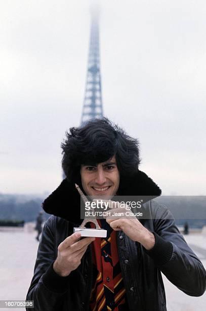 Psychokinesist Uri Geller A Paris portrait en extérieur du psychokinésiste Uri GELLER tenant une petite Tour EIFFEL souvenir dont la flèche est pliée...
