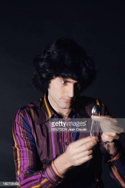 Psychokinesist Uri Geller A Paris portrait en intérieur du psychokinésiste Uri GELLER concentrant son regard sur une petite cuillère qu'il tient...