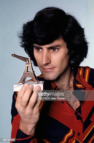 Psychokinesist Uri Geller A Paris portrait en studio du psychokinésiste Uri GELLER tenant une petite Tour EIFFEL souvenir dont la flèche est pliée