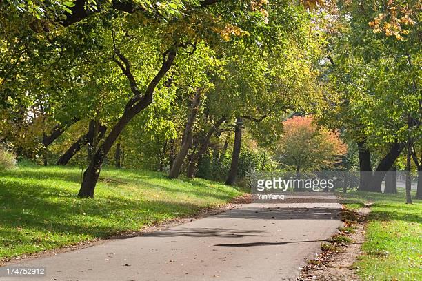 Público parque urbano a camino con árboles en Minnesota