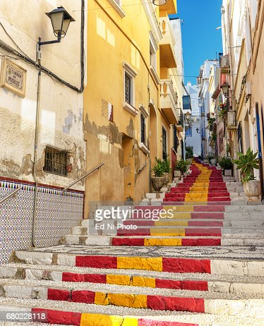 Public steps painted with Spanish flag colors in Southern Spain village : Foto stock
