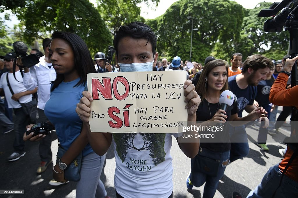 Public university students in Venezuela protest the policies of the government of President Nicolas Maduro in Caracas on May 26, 2016. / AFP / JUAN
