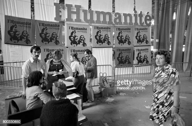 Publicités pour le quotidien L'Humanité lors de la Fête de Paris organisée par le Parti communiste français en mai 1976 à Paris France