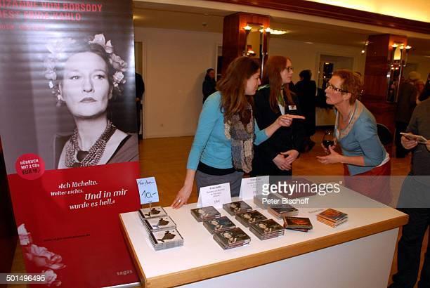 Publikum AndenkenVerkäuferinnen am MemorabiliaStand mit HörbuchCDs WerbePlakat von Suzanne von Borsody für Hörbuch Musikalische Lesung 'Frida Kahlo'...