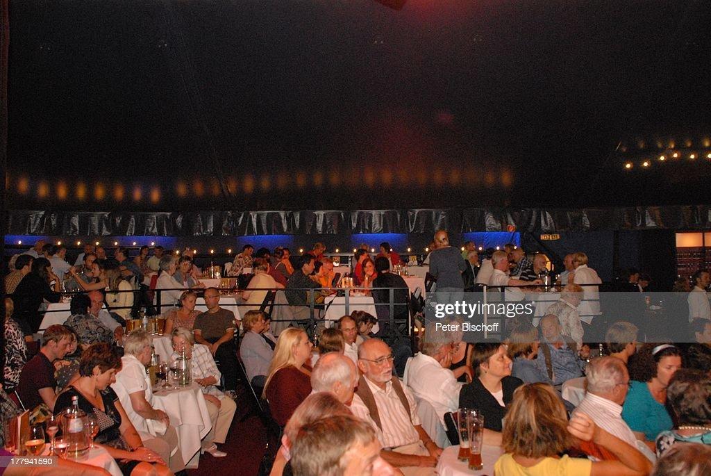 Publikum während Pause beim Konzert der Gesangsgruppe '12 Tenors' TipiZelt am Kanzleramt Berlin Deutschland Europa Zuschauer Tenor Tenöre Sänger