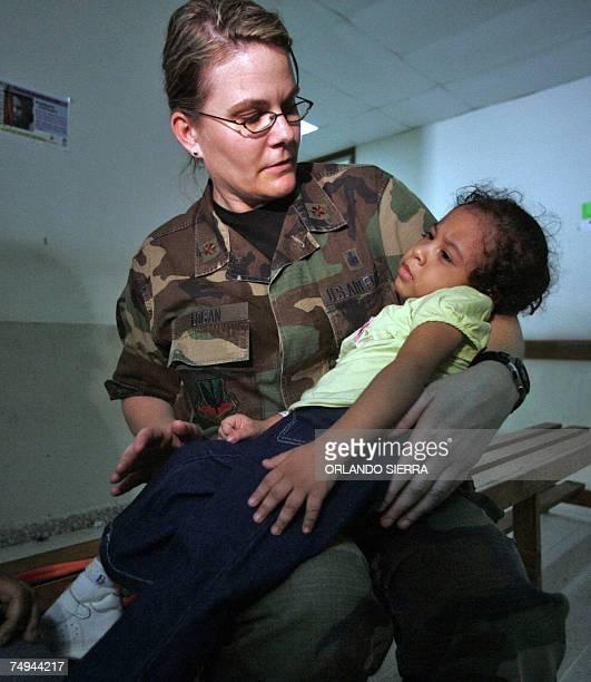 La oficial Jina Logan se apresta a atender a la nina Melissa Mayorga en el hospital Confort de la marina de los Estados Unidos que permanece anclado...