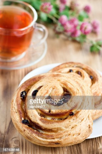 Puff buns with raisin and cup of tea : Stockfoto