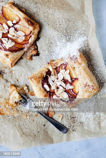 Puff pastries with peach and almond