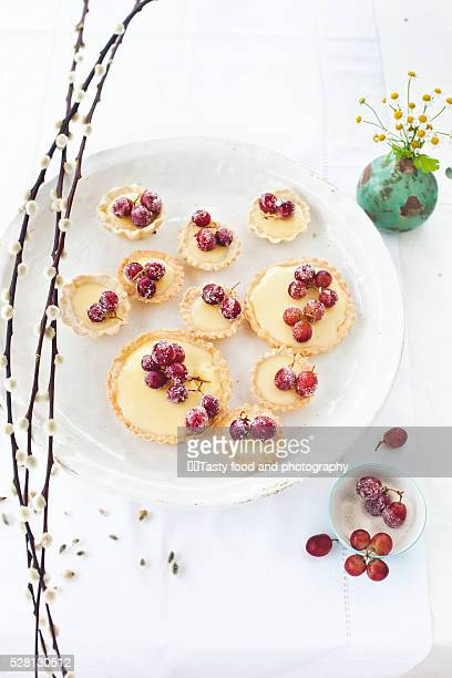 Puff pastry tart cakes with pudding filling and grapes