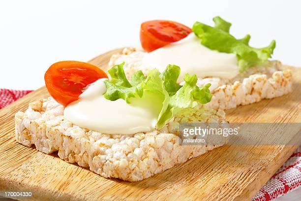 Puffreis Knäckebrot mit Joghurt und Gemüse
