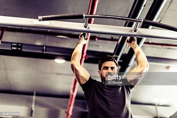 Pull-Ups im Fitnessstudio