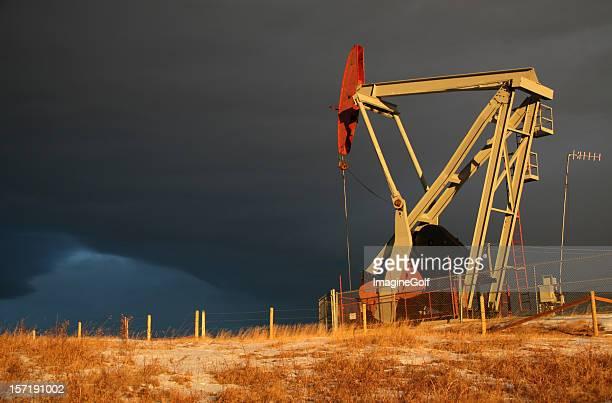 Pumpjack e tempesta cielo sul Giacimento petrolifero