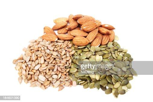 Tas de graines de citrouille tournesol et aux amandes