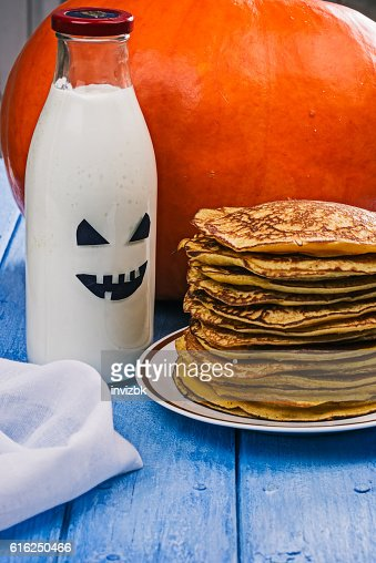 Pumpkin pancakes and boo milk bottle : Foto de stock