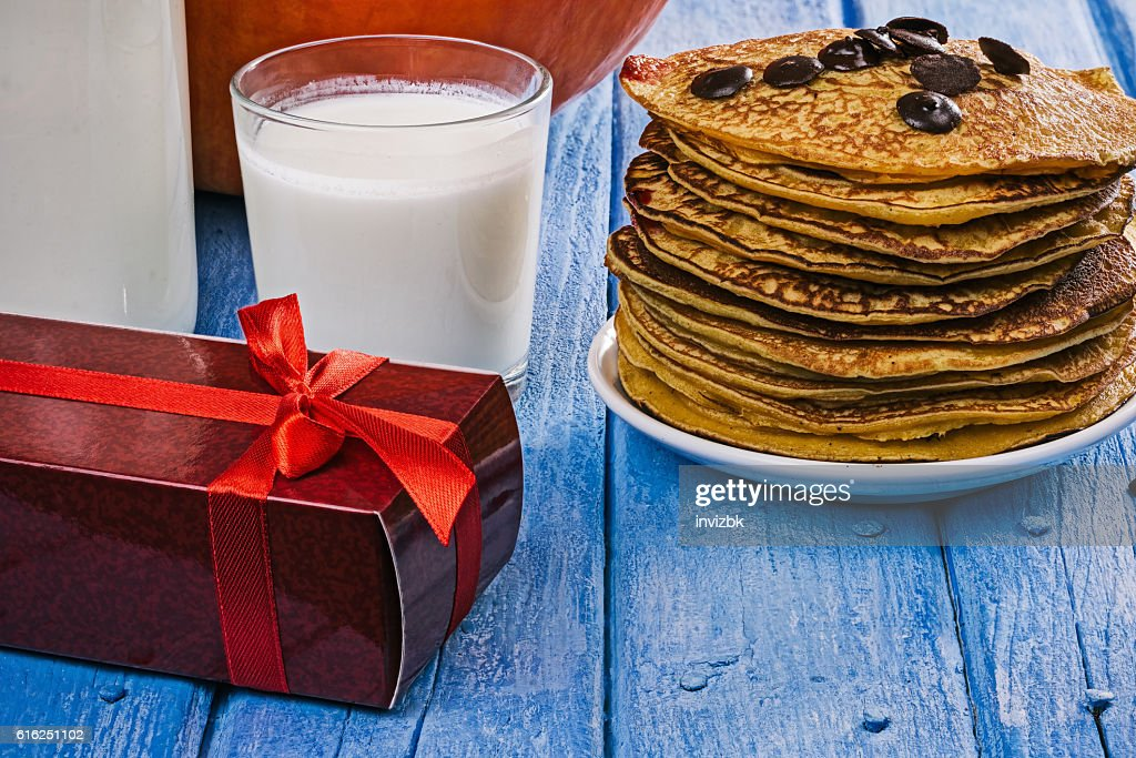 Pumpkin pancakes and gift box : Foto de stock