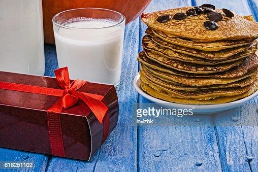 Pumpkin pancakes and gift box : Foto de stock