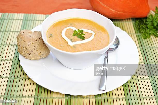 Kürbissuppe mit Eis Herzen und Brot roll