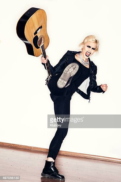 Punk ragazza con una chitarra