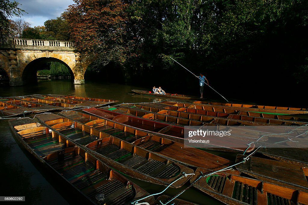 Punting beneath Magdalen Bridge on the River Cherwell in Oxford Affectionately named 'the city of dreaming spires' by nineteenth century English poet...