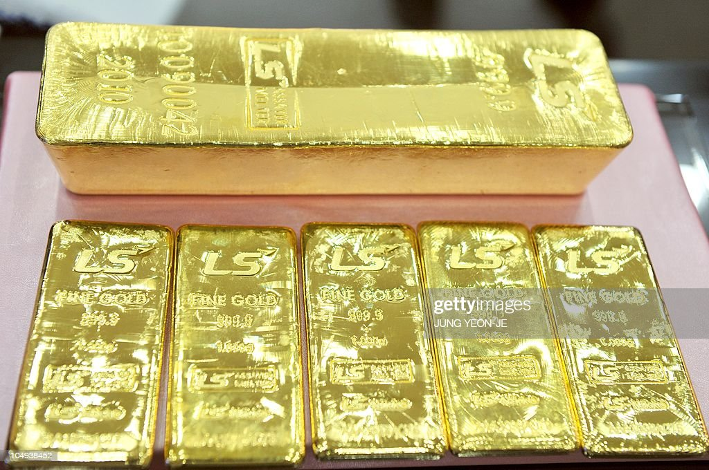 A pure 12.5-kg gold bar (top) and 1 kg gold bars produced by South Korean metal refiner LS-Nikko are displayed at an exhibition center in Goyang, northwest of Seoul, on September 30, 2010. Gold prices have soared in South Korea with the 12.5 kg gold bar selling at about 600 million won (527,936 USD).