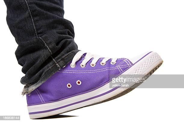 Sapato roxo saltando