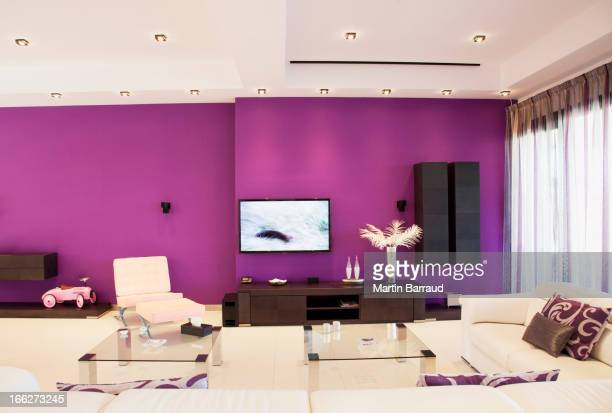 パープルの壁には豪華なリビングルーム