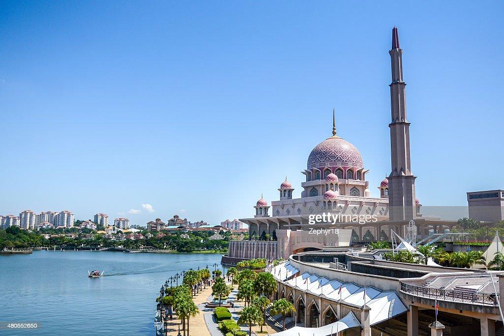 Mezquita Putra, Putrajaya, Malasia : Foto de stock
