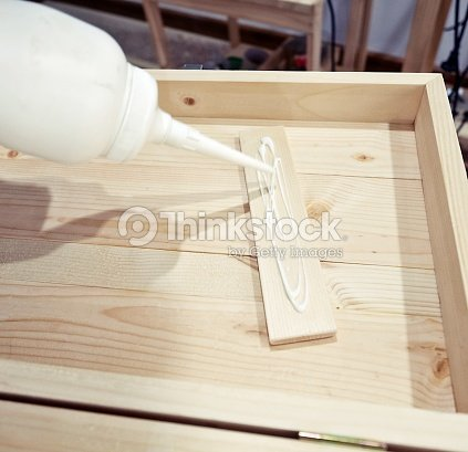 setzen leim auf holz stock foto thinkstock. Black Bedroom Furniture Sets. Home Design Ideas