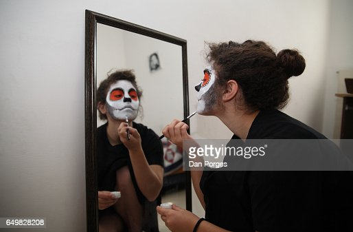 Putting on a Sugar Skull makeup : Stock-Foto