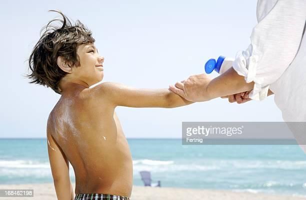 Putting Sonnencreme auf den Strand