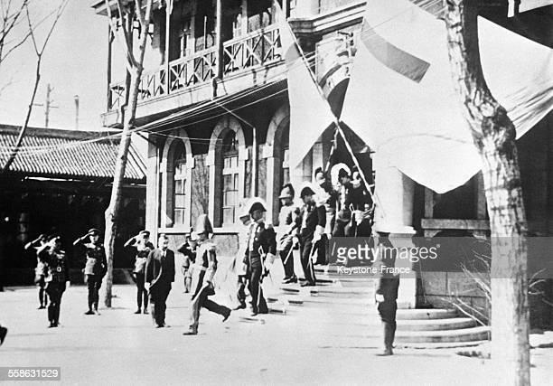 Puyi dernier Empereur de Chine et maintenant Empereur de Mandchourie quitte sa residence en uniforme de general pour passer en revue ses troupes a...