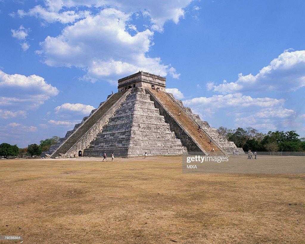 Pyramid in Pre-Hispanic City of Chichen-Itza in Mexico : Stock Photo