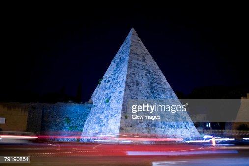 Pyramid lit up at night, Pyramid of Cestius, Rome, Italy : Foto de stock