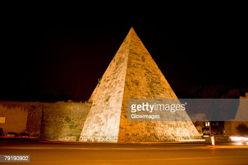 Pyramid lit up at night, Pyramid of Cestius, Rome, Italy : Foto de stock