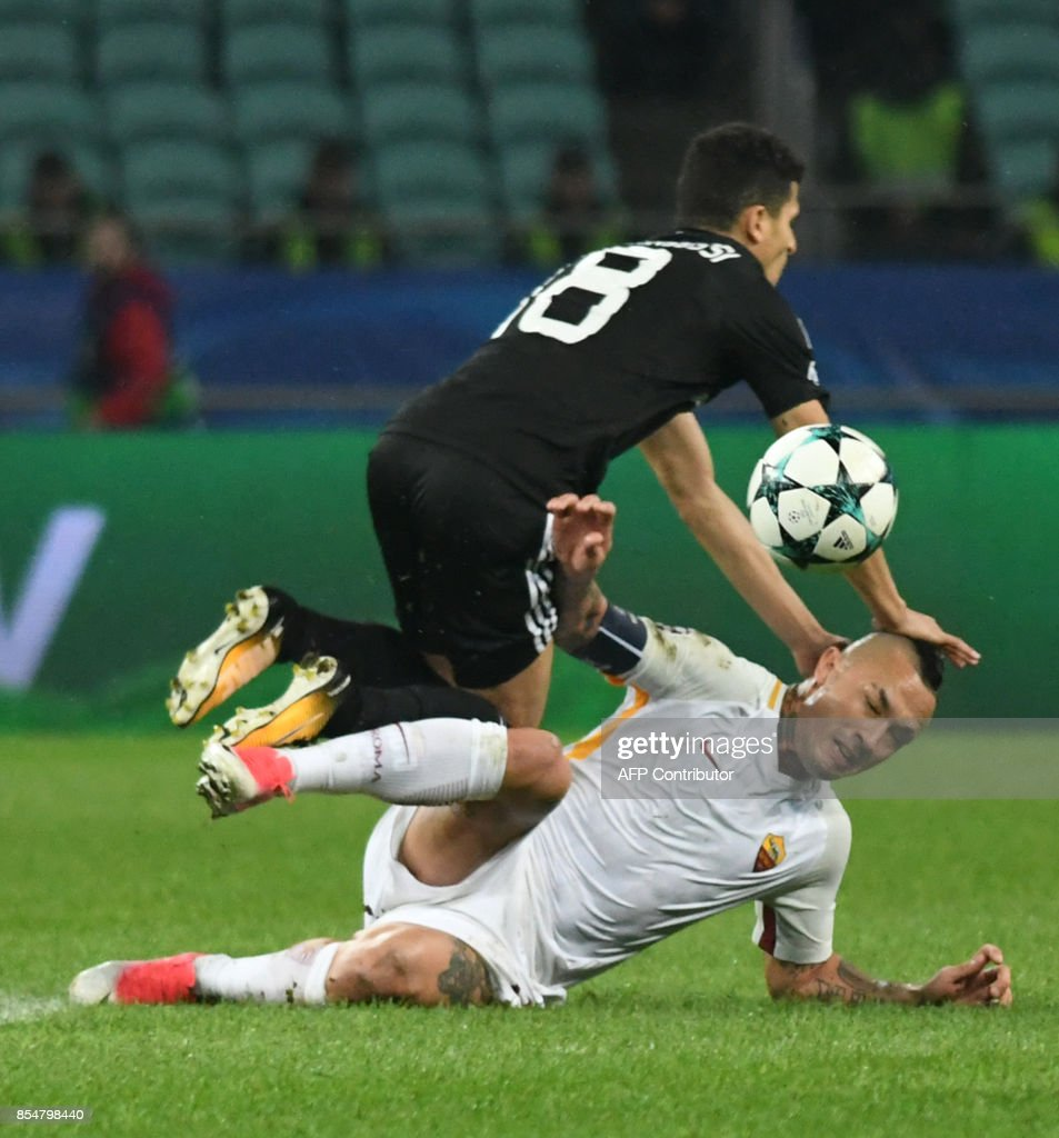 Qarabag's forward from Norway Tarik Elyounoussi and Roma's midfielder from Belgium Radja Nianggolan vie for the ball during the UEFA Champions League Group C football match between Qarabag FK and AS Roma in Baku on September 27, 2017. / AFP PHOTO / Vano Shlamov