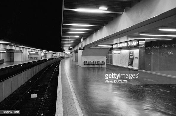 Quai de la station de RER de SaintGermainenLaye France pendant une grève à la RATP le 9 janvier 1987