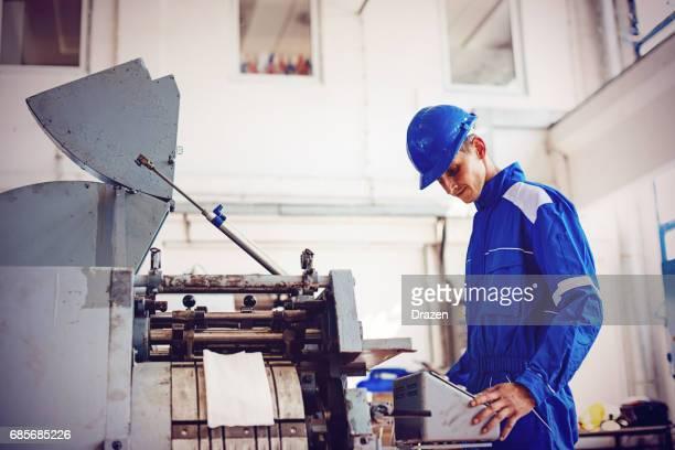 Qualitätskontrolle in der Papier- und Verpackung Produktionsfabrik