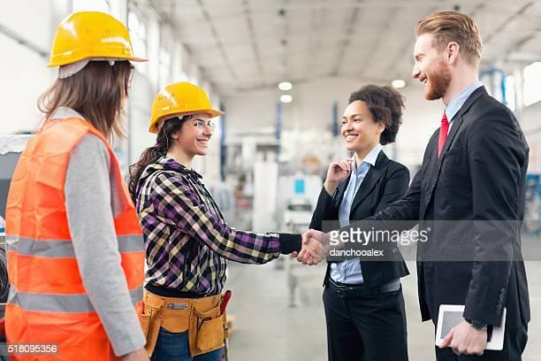 Qualità di ispettori preposti ai controllo di fabbrica con Wor che agitano le mani
